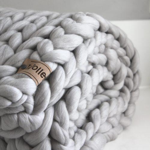 chunky merino grof gebreid plaid deken kussens wol zomerplaid grijs lichtgrijs plaid bolletje wol bolletje wolletje zilvergrijs plaid biologisch gots