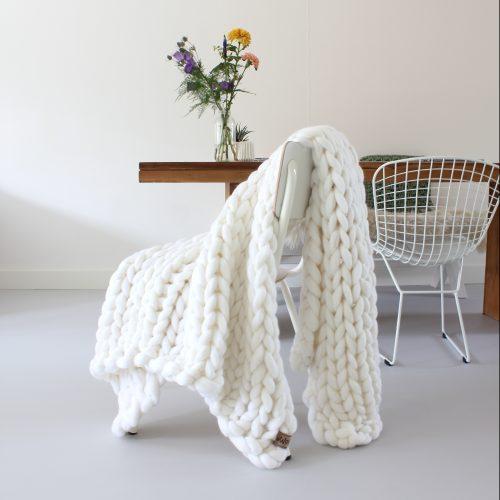 chunky merino grof gebreid plaid deken kussens wol zomerplaid grijs lichtgrijs olijfgrijs plaid bolletje wol bolletje wolletje sneeuwwit plaid biologisch gots