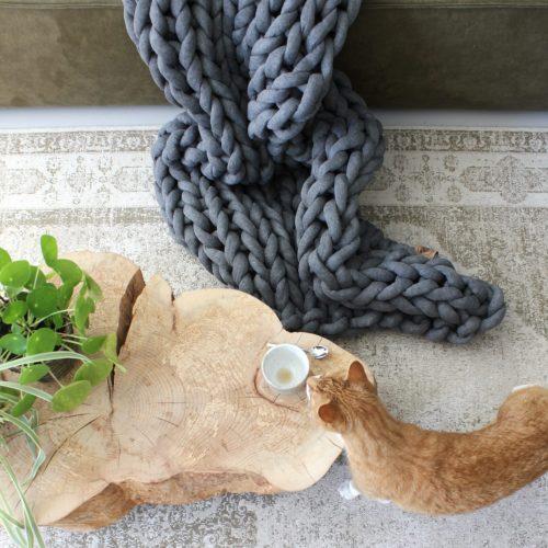 grof gebreid gebreide deken cotton bolletje wol bolletje wolletje grijs asgrijs plaid chunky katoen cotton vegan wol kindvriendelijk huisdiervriendelijk