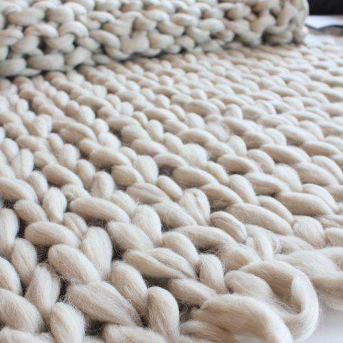 chunky merino grof gebreid gebreide plaid deken kussens wol plaid bolletje wol bolletje wolletje plaid beige zand linnen biologisch gots diy lontwol kopen zelf maken