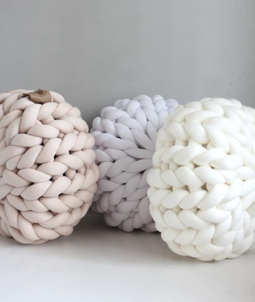 Sand cream white pouf chunky organic cotton beige cream xxl knit crochet plaid bolletje wol bolletje wolletje big cotton vegan childfriendly animalfriendly wolletjebol